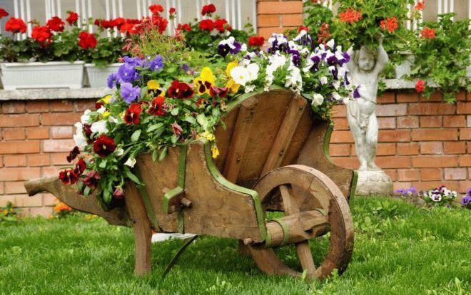 декоративная тележка с цветами