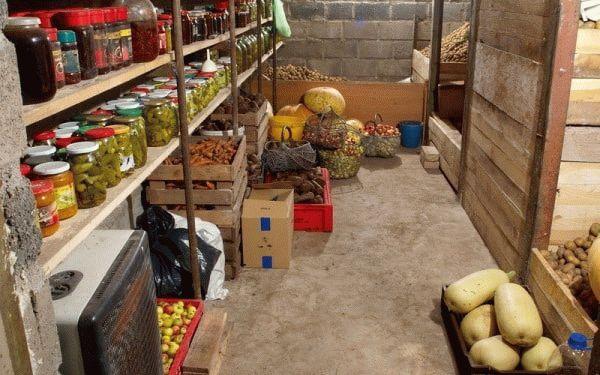 склад с овощами и заготовками