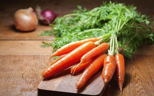 морковь на разделочной доске
