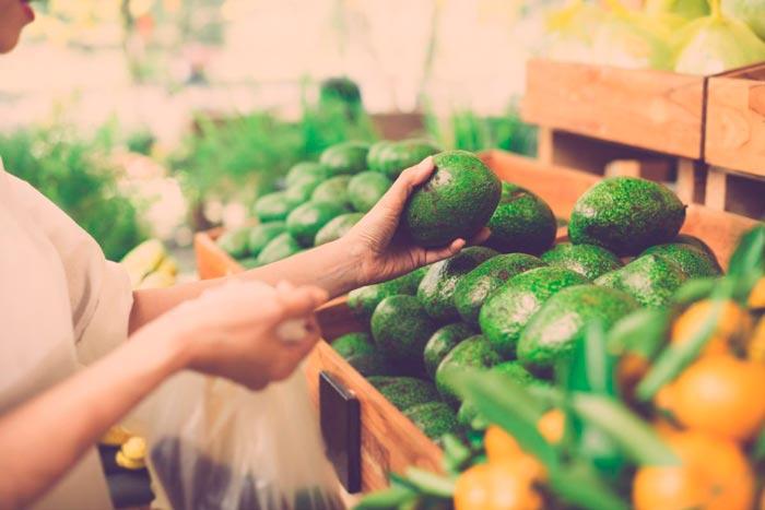 выбирает авокадо