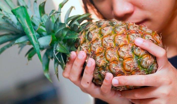 выбирает ананас